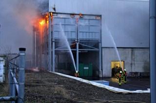 De brand woedt in opslagsilo's.