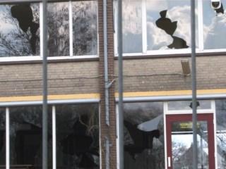Jongens vernielen ramen oud dorpshuis