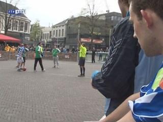 Daklozen voetballen op Oude Markt in Enschede