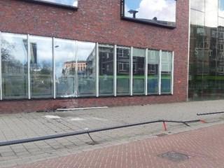 Auto botst op gevel Stadskantoor Enschede