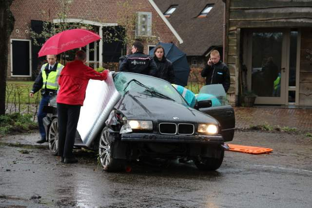 Automobiliste botst op boom IJhorst