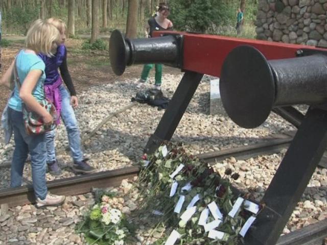 Kinderen bezoeken Westerbork