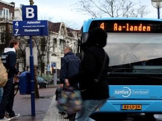 Meisje rent naar Syntus bus op station Zwolle