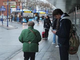 Jongen wacht op bus bij busstation Zwolle