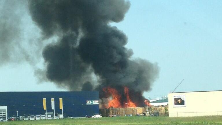 Enorme rookwolk door grote brand in pallets Kampen