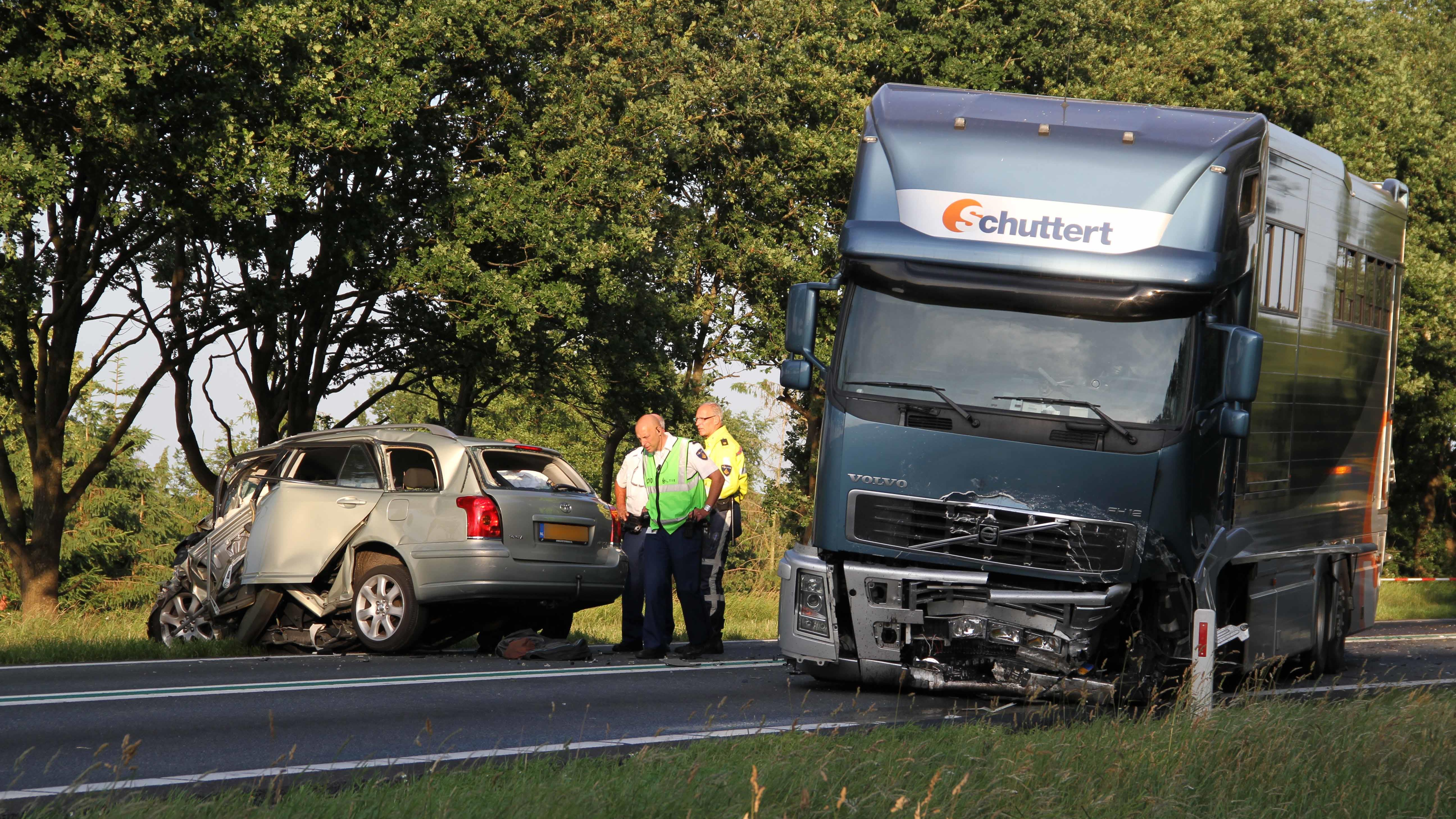 Auto botst op vrachtwagen stal schuttert for Aw auto ommen