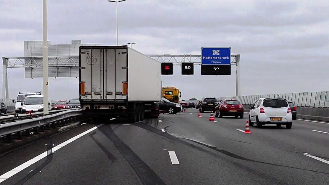 Kilometerslange file na ongeluk A28 bij Zwolle