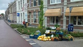 Berg misvormde groente op straat in Zwolle, actie tegen voedselverspilling
