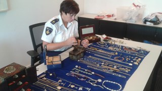 Chantal Westerhoff bij een deel van de sieraden