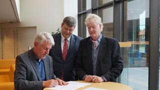 De betrokken partijen tekenen de overeenkomst voor glasvezel in buitengebied Nieuwleusen
