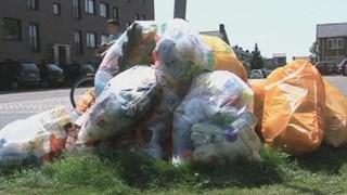 Plastic Afval kan ook aan een lantaarnpaal worden geklemd