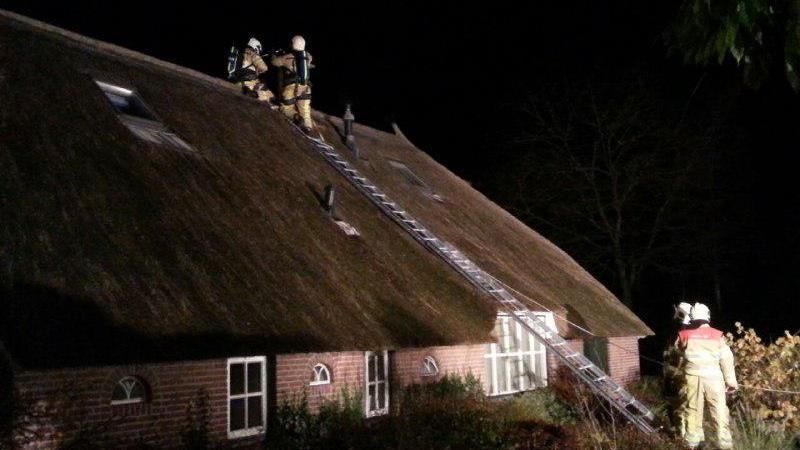 Brandweer helpt met vegen schoorsteen na schoorsteenbrand in dalfsen - Centraal geschorste schoorsteen ...