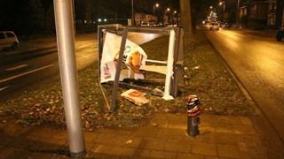 Busje ramt reclamezuil Enschede