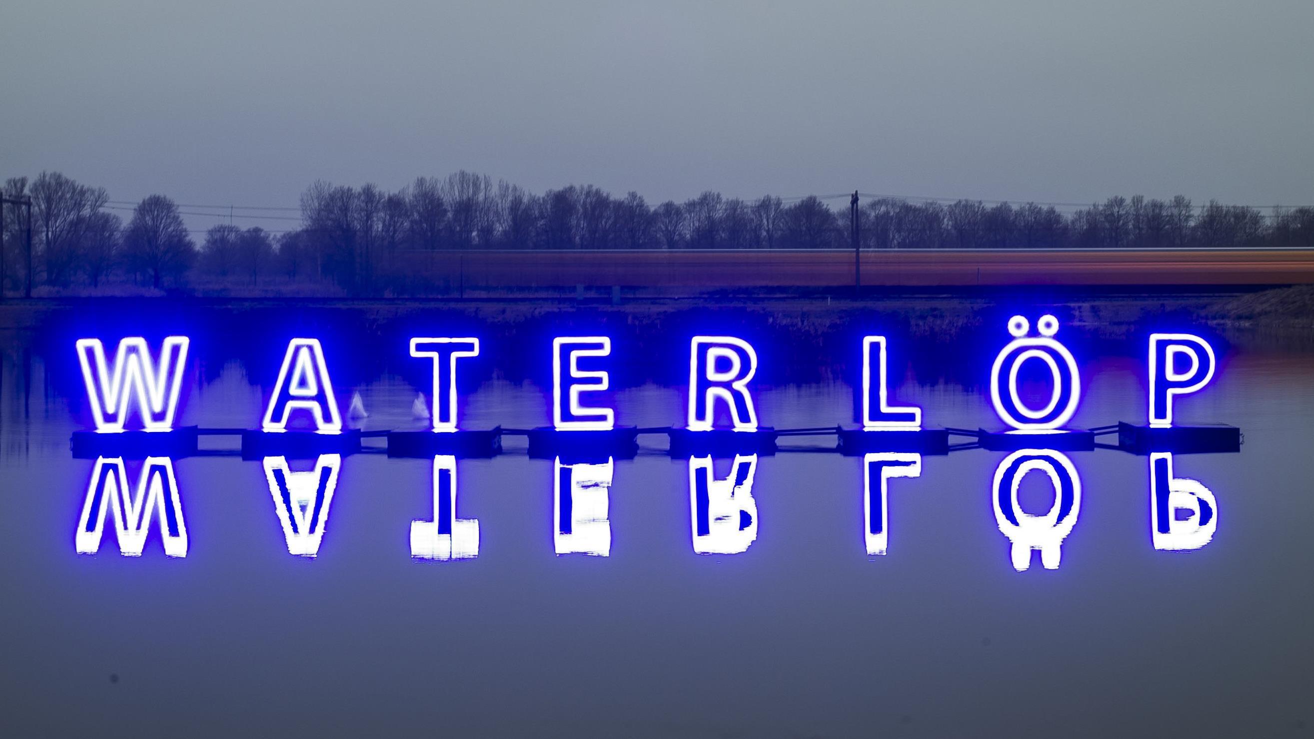 Verlichting kunstwerk 39 water l p 39 in kristalbad bij enschede blijft langer uit - Verlicht camif ...