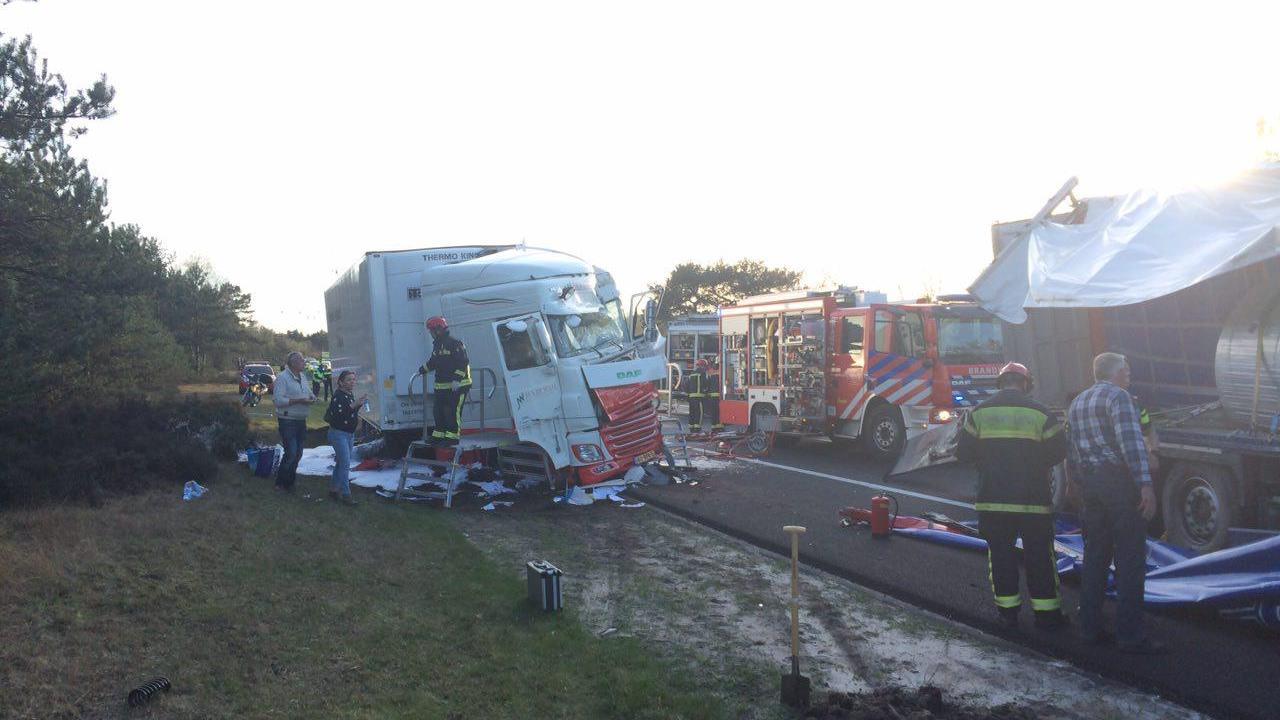 A28 richting Zwolle weer open na ongeluk met vrachtwagens