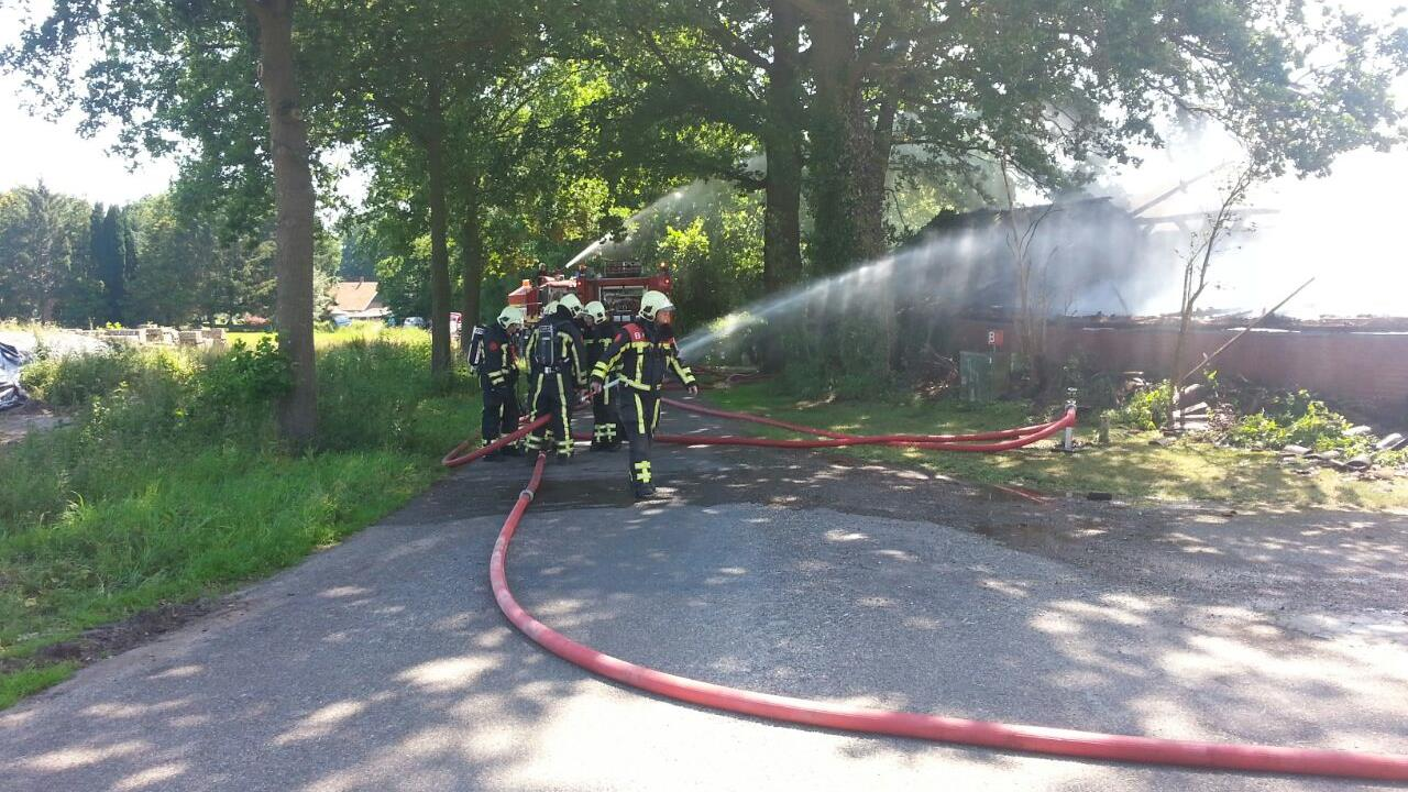 Grote brand verwoest schuur in Beuningen, brandweer met groot ...