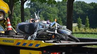 De motorrijder is gewond naar het ziekenhuis gebracht