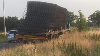 Vrachtwagen dreigt lading te verliezen