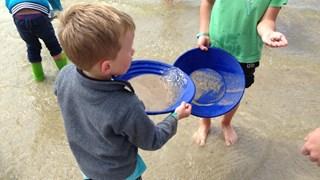 Kinderen zoeken goud bij Het Rutbeek