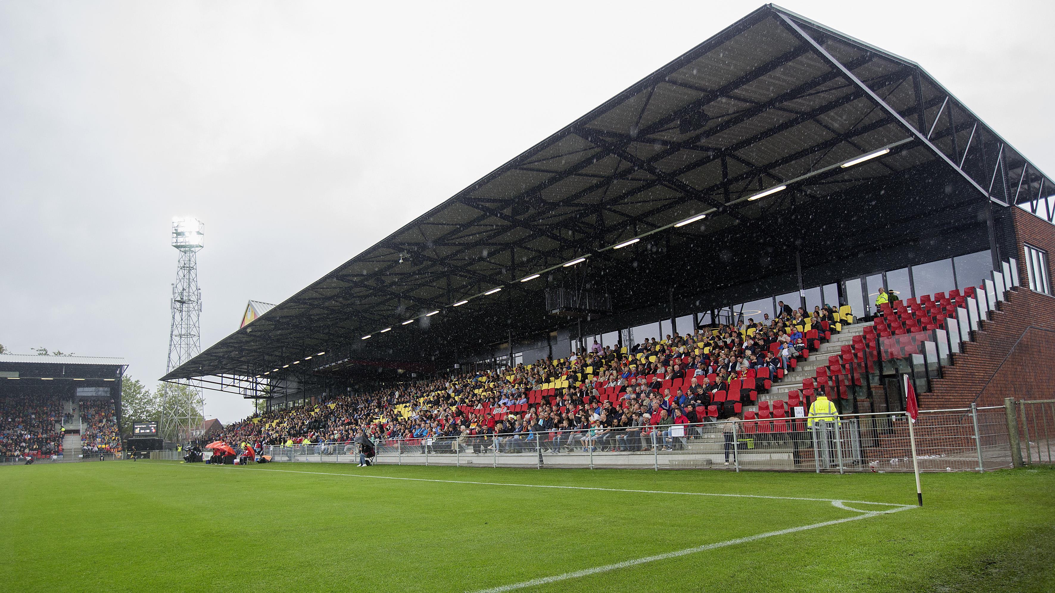 ... overdekte tribunes in Adelaarshorst hielden fans GA Eagles niet droog