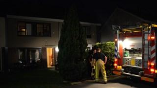 De brandweer ventileert de woning