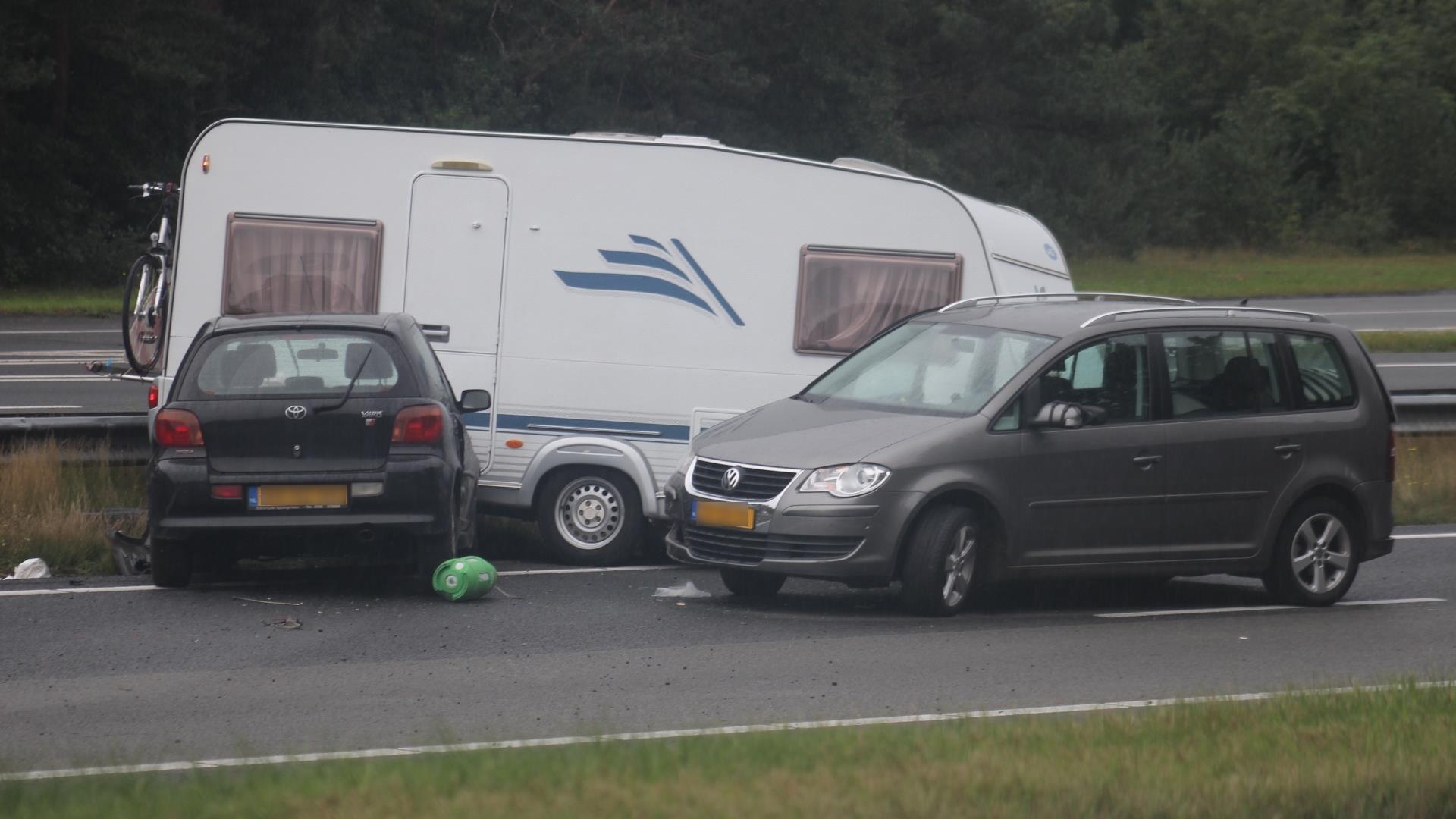 Auto crasht na achtervolging op snelweg A28, weg ...