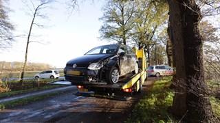 Automobilist tegen boom gereden