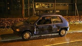 Bestelauto vliegt uit de bocht en ramt auto