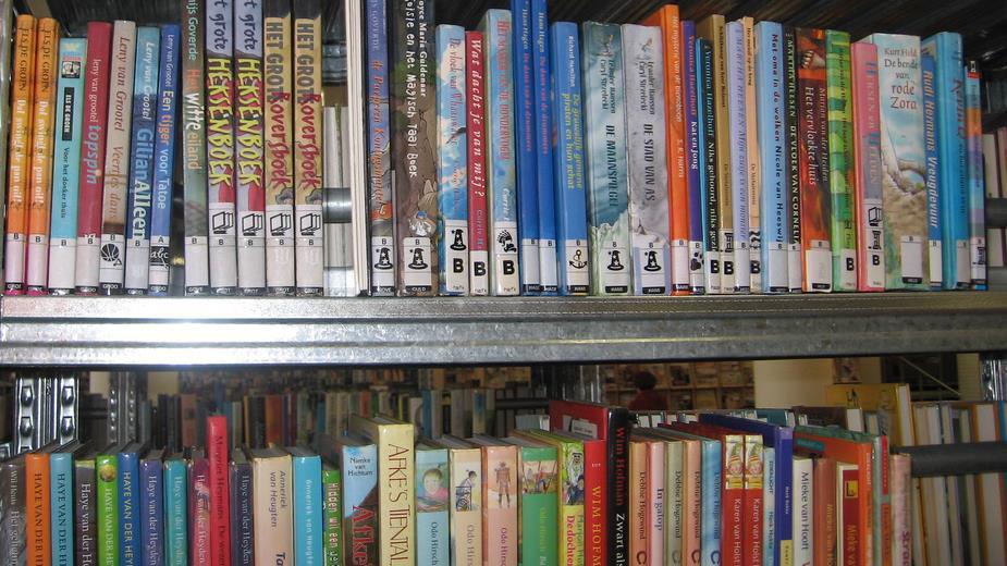 Woonkamer met bibliotheek kopen of verkopen van een appartement woning villa huis charme in - Muur bibliotheek ...