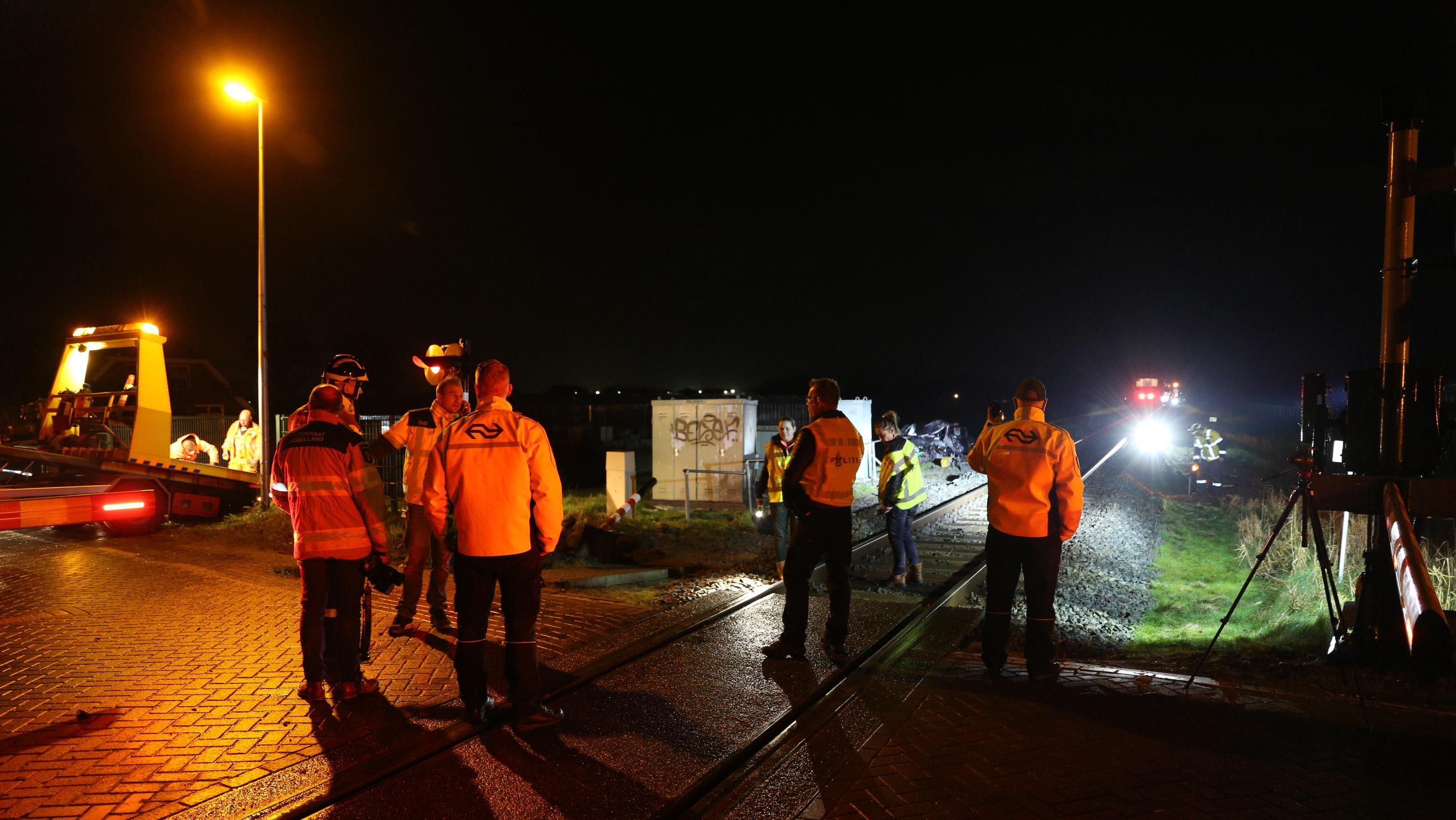Trein ramt auto bij Heino: geen gewonden, treinverkeer tijdelijk ...