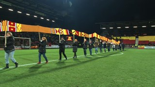 De sjaal wordt al slingerend door het stadion gedragen