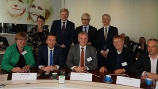 Wethouder Jurgen van Houdt (tweede  van links) sluit City Deal