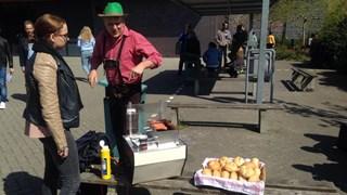 Duits leraar Renee Vredeveld verkoopt broodje braadworst