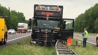 Vrachtwagen schiet door de middenvangrail op de A28