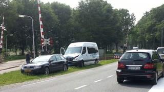 Taxibusje met kinderen botst op auto in Dalfsen