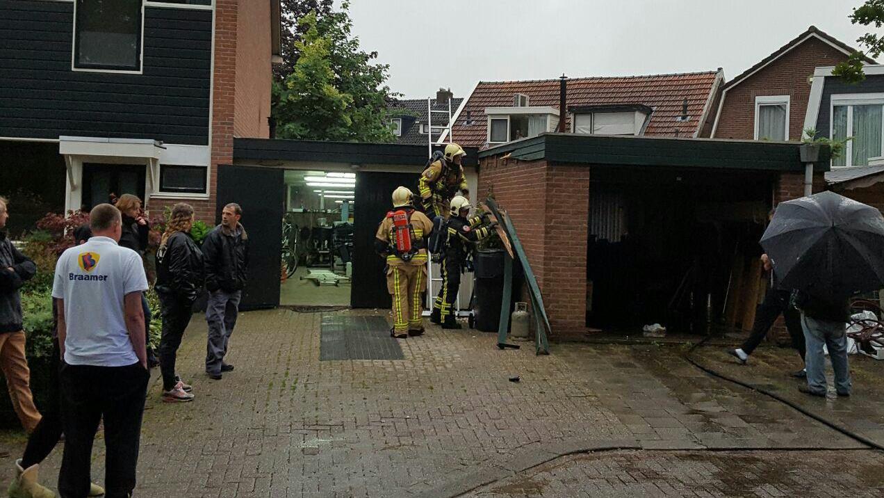 Brandweer blust brand in garagebox bij woning in borne - Mezzanine onder het dak ...