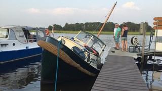 Een boot vaarde het verkeerde havengat in, waardoor het vast kwam te liggen op de helling
