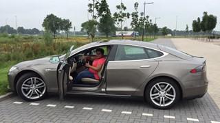 Zelf met automatische piloot van Tesla autorijden