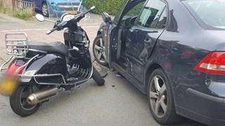 Scooterrijder gewond bij botsing op auto in Hengelo