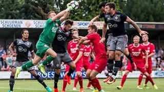 FC Twente-doelman Nick Marsman stompt de bal weg