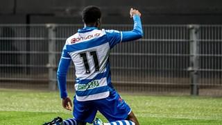 Queensy Menig viert de 0-1