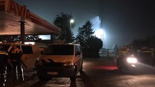 De politie verzamelt zich bij het tankstation nabij het stadion in Deventer