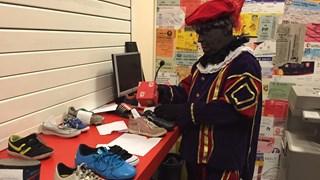Zwarte Piet vult de schoentjes bij FC Twente
