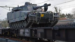 Militaire voertuigen op de trein in Steenwijk