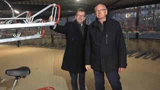 Regiodirecteur Mulder van Pro Rail (l) en wethouder Van Agteren (r)