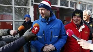 KNSB-ijsmeester Willem Hut (L)  en Jan Geert Veldman (R), voorzitter van ijsvereniging De Hondsrug Noordlaren