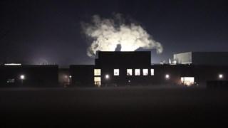 Stoomwolk boven fabriek leek op brand