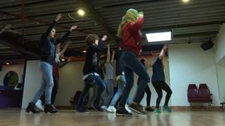 Dansgroep oefent choreografie uitvaart Chiel