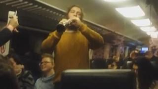 Van het optreden in de trein gaat een filmpje op Facebook rond
