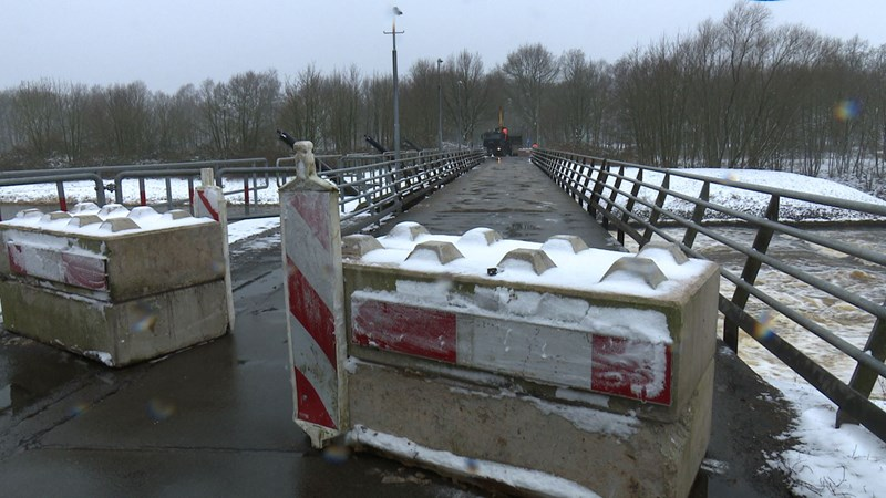 Betonblokken blokkeren brug over stuw bij Junne - RTV Oost - RTV Oost